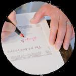 結婚式の招待状を手書きで書いている画像