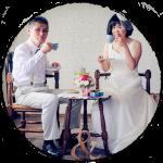真っ白のドレスとタキシードの男女のウェディングフォト写真